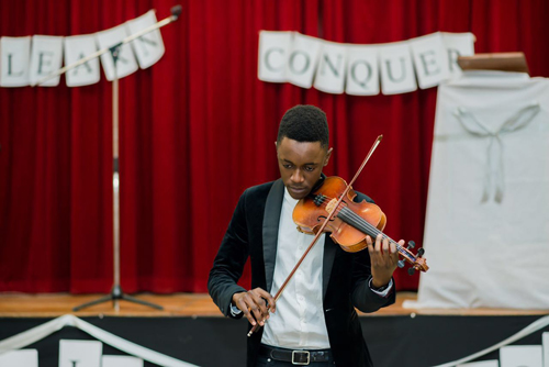 Violinist shares his talent with children