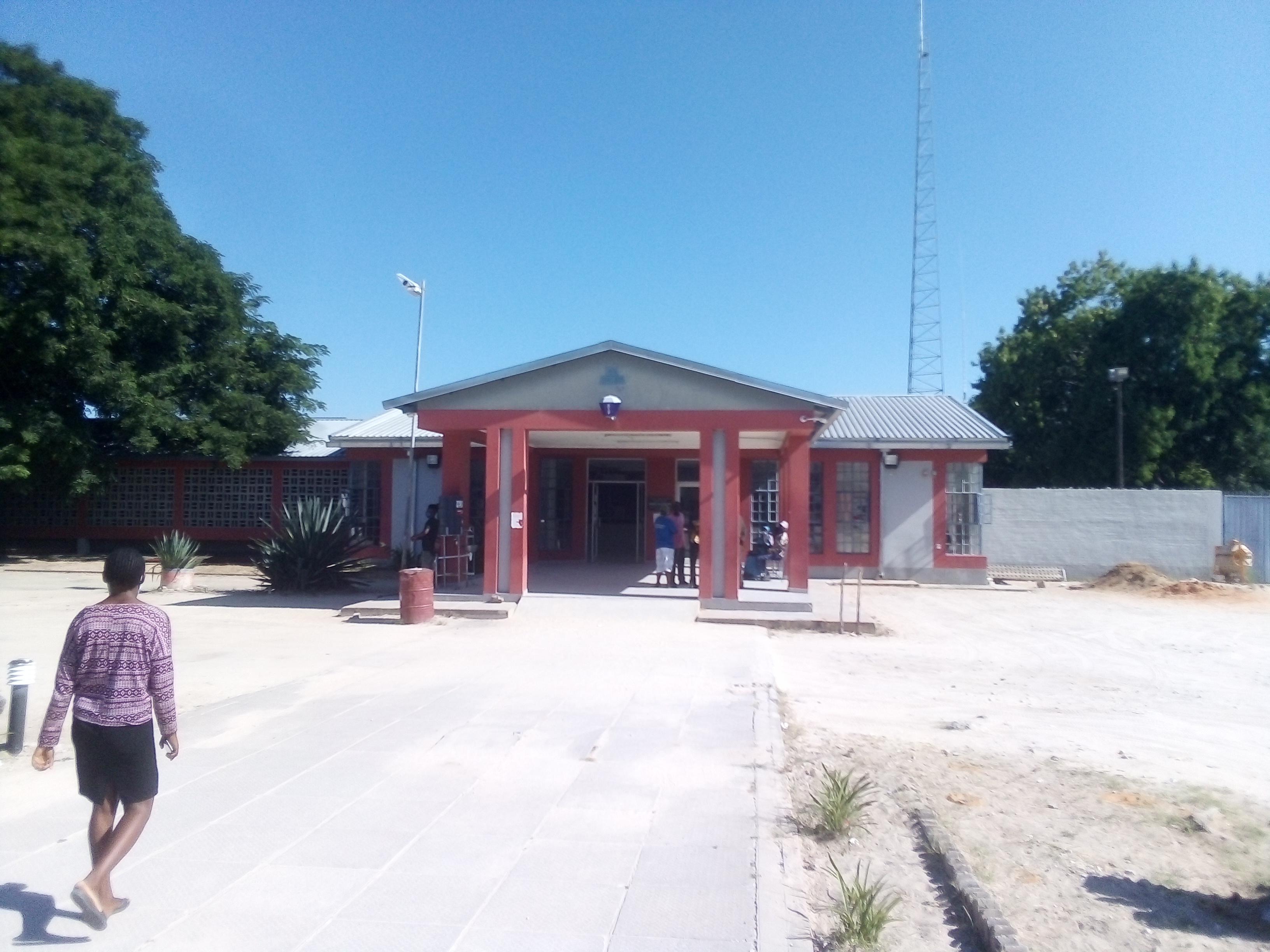 Cop shoots three inmates
